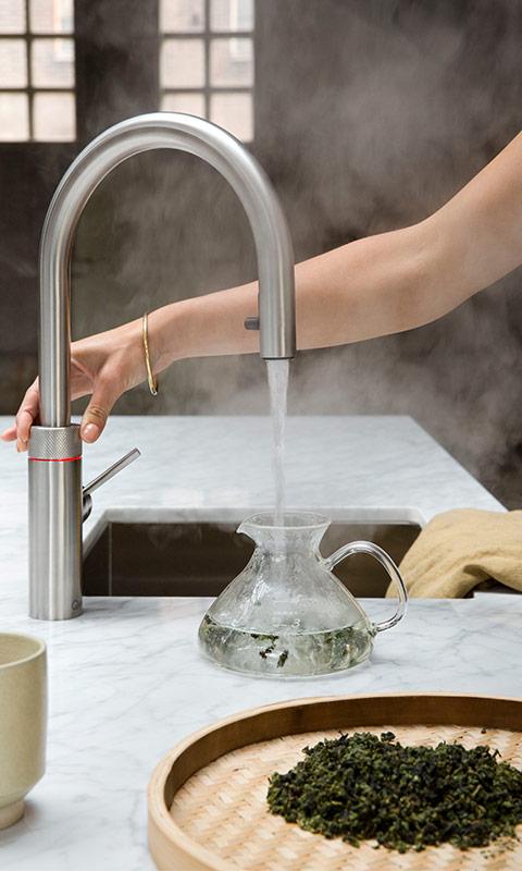 Tee kochen mit Quooker Kochend-Wasser-Hahn - Küchen Raab Stuttgart - Beispiel Einsatz